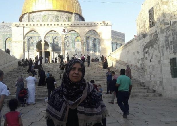 woman in front of Al-Aqsa mosque